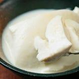 たまたまのお通しは手造り豆腐です。濃厚な豆乳とお塩でどうぞ。