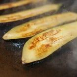 200度の鉄板で野菜や肉を焼き上げます