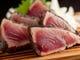 香ばしいわら焼き鰹の塩たたきはワサビとニンニクで召し上がれ。