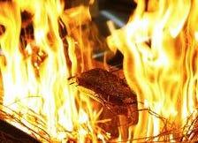 豪快な火柱で炙る藁焼き料理