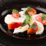 モッツァレラチーズとフルーツトマトのカプレーゼ