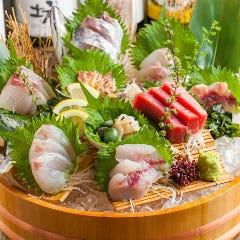 【魚好きにはたまらない当店名物!】青木鮮魚店特選桶盛り(贅沢8点盛り)