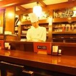 カウンター席では目の前で調理された串かつを揚げたてでご提供。