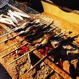 囲炉裏場では、アマゴや岩魚・虹鱒などをじっくり炭火で焼いてご提供いたします