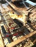 囲炉裏場で焼くブリカマ焼き