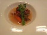 <コース フォアグラ料理例>鰹出汁と紫蘇香るコンソメ フォアグラのポワレと根菜野菜のポトフ仕立て