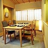落ち着いたテーブル席の個室です