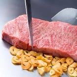<黒毛和牛A4ステーキ>ぶっ厚いうちの鉄板だからこその味がココにあります。全ての鉄板料理がこのぶっ厚い鉄板の遠赤外線で旨み成分を一切逃がさずじっくり焼いてくれるのです。