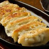 <鉄板焼き餃子>もちもちもっちりパリパリの皮、国産豚100%にキャベツたっぷりを細かく刻んだ餃子に当店特製のちょいピリ辛のタレでご賞味あれ!