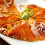 <アボカド鉄板ピザ>他にはトマト鉄板ピザ、きのこ鉄板ピザがあります。これは完全当店オリジナルメニューで、いまのところ他では見たこと無いです。味は?もちろん旨いです!