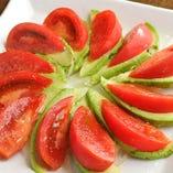 <アボカドとトマトのサラダ>トマトとアボカドに岩塩とオリーブオイル。。。。。この料理に説明がいるのだろうか?