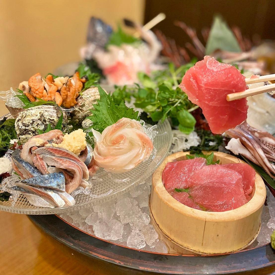 魚魚や本店名物「三尺玉刺身盛り」は市場より直送で鮮度抜群!!