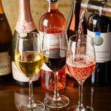 世界各国から取り寄せたソムリエ厳選ワインは100種以上を常備