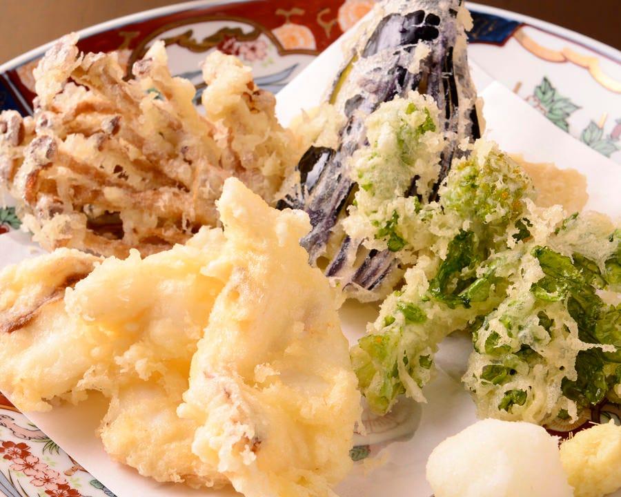 旬の野菜と魚を天ぷらに。 職人の技が光ります。