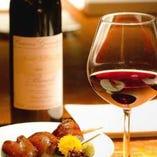 焼鳥とワインのマリアージュ!ワインは赤白、様々取り揃えてます