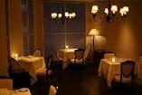 【テーブル席】くつろいでワインやお料理をお楽しみ下さい。