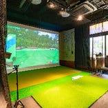 本番さながらプレーが出来るシミュレーションゴルフ個室です。