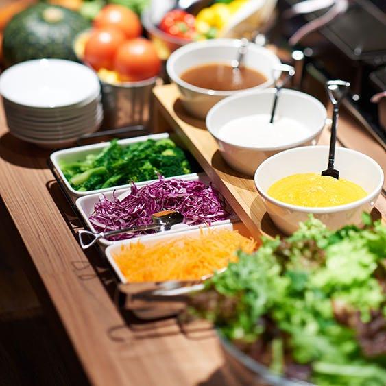 ランチタイムには地元野菜たっぷりのうれしいサラダバー付き