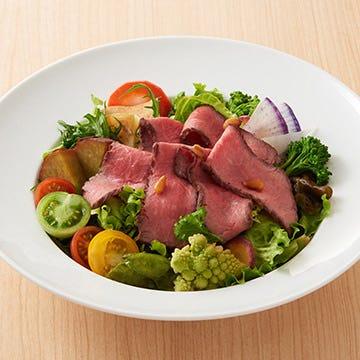 季節限定のおすすめ★野菜14種と奈良産牛ローストビーフサラダ