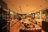全体が見通せる空間で、貸切パーティに最適です。着席で70名、立食で80名まで可能。