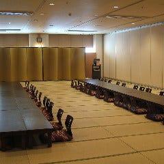 17名~最大400名までご利用いただける宴会場。送迎サービスあり