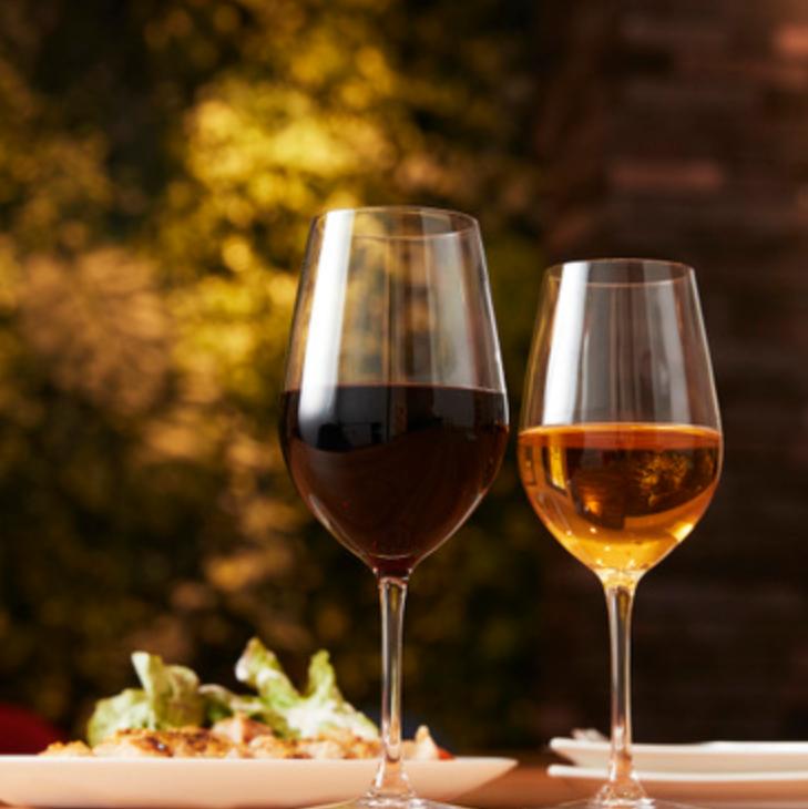 ディナータイムはグラスを片手にビストロ料理をご堪能ください。