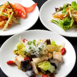 小皿冷菜三種(クラゲの冷菜、アボカドとピータンのわさび醤油和え、満月風刺身サラダ)