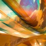 【3階】天井の「美濃友禅」が柔らな光に照らされて美しく店内を彩ります