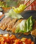 ~カンナ三段バラ~ カンナで削ったような薄さ。こだわりの石板で熟成キムチとレタスと焼き上げ、マスタードソースや行者ニンニク、エゴマなど3種の食べ方で食べるのが韓国料理 豚テジ流。
