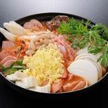 【プデチゲ鍋】「プデ」とは韓国語で部隊の意味。ハム、ソーセージなど具だくさん!!