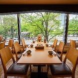 窓際のテーブル席 大通公園が見える開放的な窓が特徴!