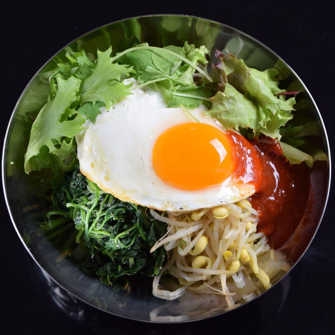 新鮮野菜と甘辛ソースが効くビビンバ