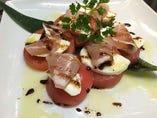 モッツアレラチーズとトマトの生ハムカプレーゼ