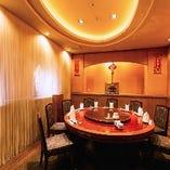 <2階洋風個室> 中国の木彫りや絵画などを施しております。