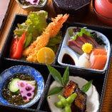 ランチに人気な松華堂弁当は、お刺身や料理長おまかせの逸品付。