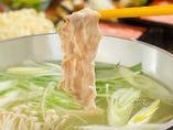 長寿県の沖縄で愛される豚肉の美味しさを伝えたい! 沖縄の豚肉を使ったしゃぶしゃぶ鍋や、創作料理の数々を個室でゆったりとお楽しみ下さい。 メニューに並ぶのは、『あぐー豚、やんばる島豚、紅豚、長寿豚、流美豚』と、そうそうたるブランド豚。 これだけの豚肉を食べられるのは、県内でも他には無いはず!