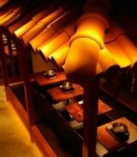 赤瓦を使った沖縄の雰囲気満点の内装で、ゆっくりと過ごせます。