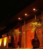 南国ムード漂う外観で、沖縄気分を満喫。大きな扉を開いて豚料理・沖縄料理をお楽しみ下さい。