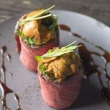ウニの肉巻き、赤ワイン酢飯の包み