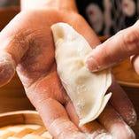 タイガー餃子では「点心師」と呼ばれる専門の職人がひとつひとつ丁寧に包んでいます。