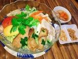 南部ホーチミンの屋台麺料理 ブンティット (厚切りトントロ肉と煮豚チャーシューのせ ぶっかけビーフン)