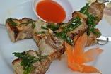 サイゴン屋台の豚バラ肉の串焼き