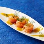 """""""ノルウェー産サーモンのマリネ""""はマスタードソースを軽く絡めてお召し上がりください。"""
