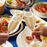 テーブルを彩る鮮やかな北欧料理と共に乾杯。