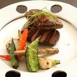 厳選和牛を使ったステーキや鉄板焼きなど、お肉料理も人気です♪