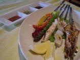 新鮮な魚介の串焼きグリル!3種のソース