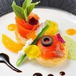 リゾートの特色を生かしたコース料理やアラカルト