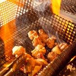 炭を起して高温で炙る!バラ焼きはぢどり亭の代名詞。