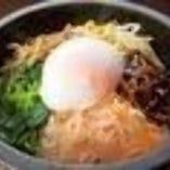 石焼ビビンバのランチ (サラダ・スープ・デザート付)