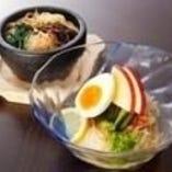冷麺と石焼ビビンバのハーフ&ハーフランチ (サラダ・デザート付)